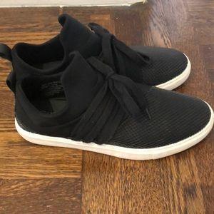 Black fashion tennis shoes
